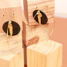 Magnifiques boucles d'oreilles en métal doré et bulle en véritable cuir noir effet croco vert.