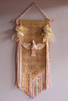 DETALHES                                                                                                                                                     Mais Felt Crafts, Diy And Crafts, Arts And Crafts, Catholic Art, Religious Art, Feminine Decor, Church Banners, Prayer Flags, Shabby