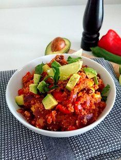 Quinoa à la mexicaine. Sans gluten, sans lactose, vegan. Un plat riche en protéines, en fibres et en glucides à index glycémique bas.