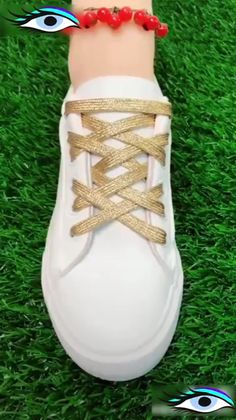 Best ideas of lacing your shoes. Amazing and easy latice tehniques to tie the shoes. Learn 10 different ways of lacing your shoes perfectly. Tie Shoes, Your Shoes, Ways To Lace Shoes, Diy Fashion, Womens Fashion, Fashion Tips, Fashion Ideas, Creative Shoes, Diy Kleidung