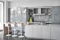 crédence cuisine en verre gris laqué, meubles de rangement en blanc cassé et revêtement de sol en noir