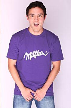 T-shirt Milfka Dit rechte model T-shirt voor mannen is gemaakt van voorgekrompen ringgesponnen katoen en heeft een RAXart opdruk van een bekend chocolade merk. Maar dan net even anders. De hoge kwaliteit en goede verwerking zijn zichtbaar in de dubbele naden aan de mouwen en de zoom en de tweevoudig gelegde kraag in 1X1 ripp.