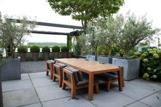 simple contemporary pergola = Fotos van diverse aangelegde tuinen - Martin Veltkamp Tuinen