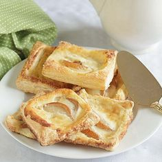 Made from frozen puff pastry with mascarpone and sliced fruit this Easy Cheese Danish is as easy as it is tasty! Brunch Recipes, Dessert Recipes, Desserts, Phyllo Dough Recipes, Apple Danish, Apple Custard, Cheese Danish, Frozen Puff Pastry, Easy Cheese