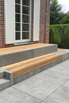 Terrasse und Sitzbank aus Holz und Beton Terrace and bench made of wood and concrete