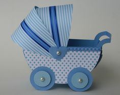 Carrinho de bebê azul.