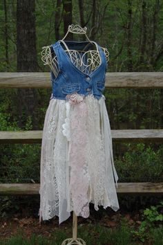Funky Hippie Bohemian Denim and Lace Vest Denim And Lace, Denim Top, Moda Hippie, Denim Ideas, Lace Vest, Denim Crafts, Altered Couture, Shirt Refashion, Recycled Denim