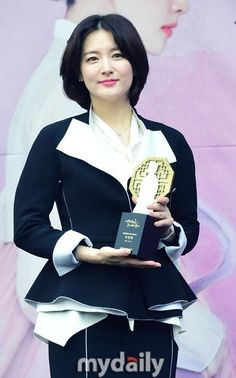Lee Young-ae (이영애) - Picture @ HanCinema :: The Korean Movie and Drama Database Lee Young, Korean Actresses, Korean Beauty, Feel Better, Photo Galleries, Short Hair Styles, Female, Gallery, Movies