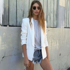 Look: Blazer + Destroyed Jeans Blazer And T Shirt, Look Blazer, Casual Chic, Style Casual, Minimal Fashion, Urban Fashion, Fashion Looks, Short Outfits, Cool Outfits