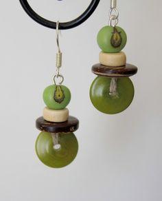 Boucles d'oreilles tagua, açaïs, coco, verte Boucles d'oreilles composées d'une soucoupe de 1cm en tagua vert, d'un palet en coco marron, d'un petit palet en bois beige et d'une graine d'açaï verte, le tout monté sur une attache argenté.