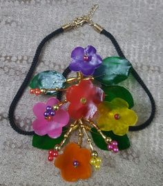 Gargantilla de escamas de pescado By Rosen Fish Scales, Bead Jewelry, Beads And Wire, Beaded Flowers, Four Square, Jewerly, Lily, Pendant Necklace, Drop Earrings