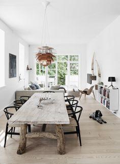 Her står lampe- og møbelklassikere, fx Koglen af PH og Wegners Y-Stol og CH07-lænestol, som kontrast til det antikke kinesiske bord fra Rosmosegård.
