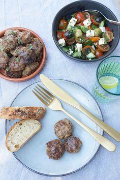 Opskrift på græske frikadeller - små, smagfulde og saftige frikadeller af oksekød, som passer perfekt til aftensmad eller til tapas. #tapas #græsk #mad Tapas, Blondies, Sushi, Curry, Beef, Ethnic Recipes, Food, Drink, Golf Ball