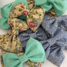 DIY fabric hair bows. Super simple.