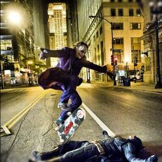 The Joker (Heath Ledger) and Batman (Christian Bale) behind the scenes of The Dark Knight Joker Und Harley, Le Joker Batman, Der Joker, Batman Dark, Gotham Batman, Joker Art, Batman The Dark Knight, Batman Robin, Harley Quinn