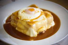 """A Francesinha, é um prato delicioso e típico da cidade do Porto, apreciado por muitos mas que poucos sabem fazer. A receita do molho é tipo """"um segredo"""", existem muitas receitas na internet mas quando as experimentamos parece que falta sempre qualquer coisa..."""