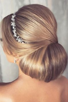 Chignon bun hairstyles are experiencing a major comeback this season. Catch some inspo in our gallery – we have many ideas how to rock a chignon. Unique Wedding Hairstyles, Long Hair Wedding Styles, Elegant Wedding Hair, Wedding Updo, Easy Updos For Long Hair, Bun Hairstyles, Bridal Hairstyles, Hairstyle Ideas, Hairstyle Tutorials