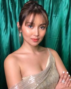 TV Queen at the turn of the Millennial Kathryn Bernardo 🌟 Kathryn Bernardo Hairstyle, Kathryn Bernardo Outfits, Filipina Beauty, Filipina Actress, Daniel Padilla, Hairstyles With Bangs, Beautiful Celebrities, Asian Beauty, Asian Girl