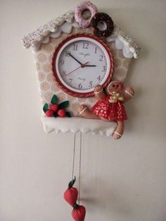 Lindo reloj Navideño Christmas Fabric, Felt Christmas, Pasta Flexible, Fabric Decor, Biscuit, Gingerbread, Patches, Clock, Pattern