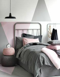 peinture chambre adulte, mur à triangles gris, rose et blancs, parure de lit grise avec des coussins rose, chambre cocooning