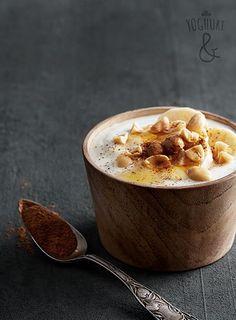Peanøtter & Banan & Kanel & Lønnesirup - Se flere spennende yoghurtvarianter på yoghurt.no - Et inspirasjonsmagasin for yoghurt. Banana Cinnamon, Maple Syrup, Peanuts, Yogurt, Breakfast Recipes, Brunch, Meals, Baking, Drinks