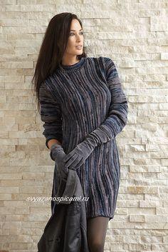 Описание, как вязать спицами расклешенное платье вертикальным рельефным полосатым узором из секционно-окрашенной пряжи.