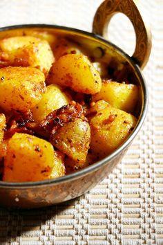 Spicy potato curry, crispy and flavorful!  Recipe @ http://cookclickndevour.com/potato-curry-recipe