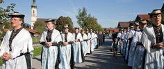 Das Seidengewand tragen die Lenggrieser Frauen am Feiertag wie Fronleichnam., © Tourismus Lenggries, Foto Adrian Greiter