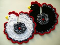 Chicken Rooster Pot Holders Hot Pad Crochet Set of 2 Black and White with Ladybug Handmade Kitchen Decor Housewarming Gift New Yarn Crafts, Sewing Crafts, Crochet Chicken, Cute Aprons, Crochet Potholders, Crochet Kitchen, Hot Pads, Crochet Animals, Crochet Patterns