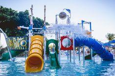 O Espaço Praiamar Beach é uma área de lazer com piscinas para adultos e crianças, parque aquático infantil, sala de jogos, playground, restaurante, lojas e acesso direto à praia de Ponta Negra. Fair Grounds, Outdoor Decor, Fun, Water Playground, Game Room, Play Areas, Shops, Pools, Restaurant