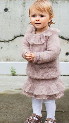 De små piger vil nok ikke have noget imod at trække i uldtøjet, når det som her er lyserødt med glimmer på!