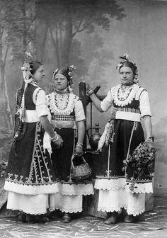 Студийна фотография на три моми от Горна баня, фотограф Димитър Карастоянов 1882.  Studio portrait of three maidens in folk attire from Gorna Banya, Photographer Dimitar Karastoyanov 1882.