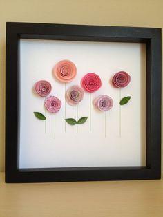 Un tableau de fleurs en papier