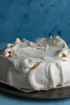 The best pavlova recipe ever! A light and fluffy marshmallow centre, with a crispy outer shell! Pavlova Cake, Meringue Pavlova, Meringue Food, Gourmet Recipes, Dessert Recipes, Cooking Recipes, Gourmet Foods, Easy Recipes, Healthy Recipes
