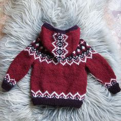 triscote& Icelandic children& cardigan - Barnapeysa is often presented in off-white and brown… a little messy isn& it? This red version really puts the model in value, I& happy with the result. I knitted it # 82 … - Knitting For Kids, Knitting For Beginners, Baby Knitting Patterns, Knitting Designs, Knitting Projects, Pull Bebe, Icelandic Sweaters, Make Do And Mend, Baby Sweaters