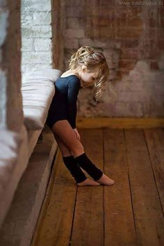 our 4 yr old grand daughter is taking ballet, this little girl is so adorable. Foto Sport, Little Ballerina, Ballerina Feet, Little Girl Dancing, Tiny Dancer, Ballroom Dancing, Jolie Photo, Dance Photography, Baby Ballerina Photography