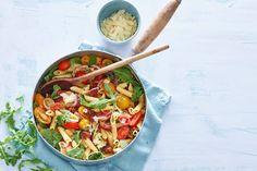 Penne met chorizo, gekleurde tomaten en rucola, een bord vol vrolijke kleuren - Recept - Allerhande