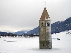 Il lago di Resia si trova in provincia di Bolzano al confine con l'Austria