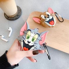 Funny Tom and Jerry AirPods 케이스 Apple Anti-Drops 헤드폰 보호 커버 구매 Fone Apple, Airpods Apple, Cute Ipod Cases, Iphone Cases, Tom E Jerry, Cute Headphones, Accessoires Iphone, Earphone Case, Disneyland Outfits