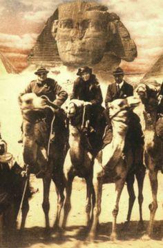 Gertrude Bell entre Churchill y Thomas Edward Lawrence, conocido como lawrence de Arabia. 1921