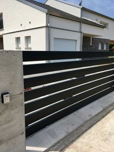 cancello scorrevole in ferro a tubolari orizzontali colore nero graffite Boundary Walls, Metal Gates, Sliding Gate, Main Gate, Front Gates, Privacy Fences, Pretty Room, Fence Design, Terrazzo