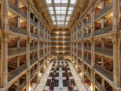 Vijf gietijzeren sierbalkons zijn kenmerkend voor de 'George Peabody Library' in de universiteit John Hopkins in Baltimore.