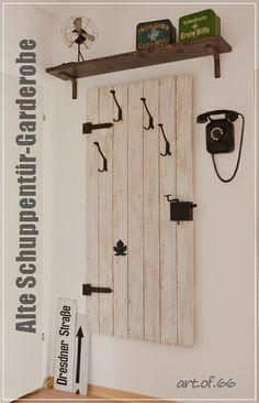 Alte Schuppentür-Garderobe - Old door wardrobe