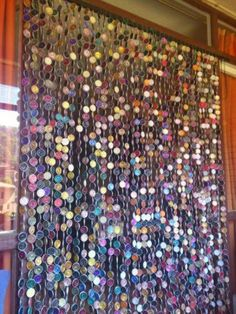 Old Cd Crafts, Diy And Crafts, Beaded Curtains, Diy Curtains, Recycled Art Projects, Diy Projects, Vintage Jewelry Crafts, Bottle Cap Art, Hanging Crystals