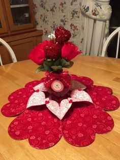 Heart to Heart Table Topper/Door Wreath Yarn Projects, Sewing Projects, Projects To Try, Craft Decorations, Decor Crafts, Table Runner And Placemats, Table Runners, Valentine Crafts, Valentines