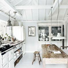 """Cocina de estilo rústico inglés, con dominancia del color blanco y la madera, un """"must"""" en este característico estilo."""