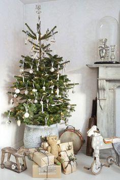 全体に白っぽくまとめるのが北欧のクリスマスツリーの特徴のひとつ。暗い冬に白は明るさをもたらす役割もあるからです。