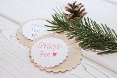 Für alle die last-minute mal ein weihnachtliches Mitbringsel brauchen, sind selbst gemachte Teebeutel die Lösung. Man braucht nicht viel und es geht ganz schnell. Material für DIY Teebeutel Tee oder Kaffeefilter Wurstgarn oder Nähgarn losen Tee Motivstanzer* oder Schere Papier und Stift  Für meine Teebeutel habe ich mal wieder meinen geliebten Motivstanzer verwendet, aber...Weiterlesen »