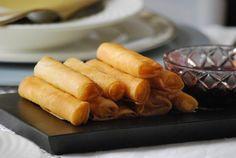Puritos de pasta Filo con queso y mermelada de cerezas