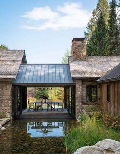 Одноэтажный дом с террасой в деревенском стиле